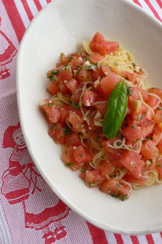 トマトとバジルの冷たいパスタ