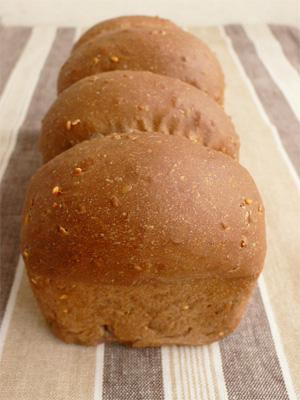 ブラック牛乳食パン